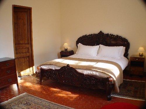 3 chambres ont des lits de style acajou Recoco énormes