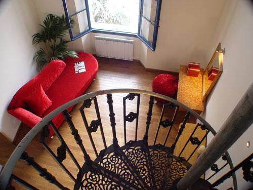 Deux suites ont leur lit à une mezzanine accessible par escalier en colimaçon