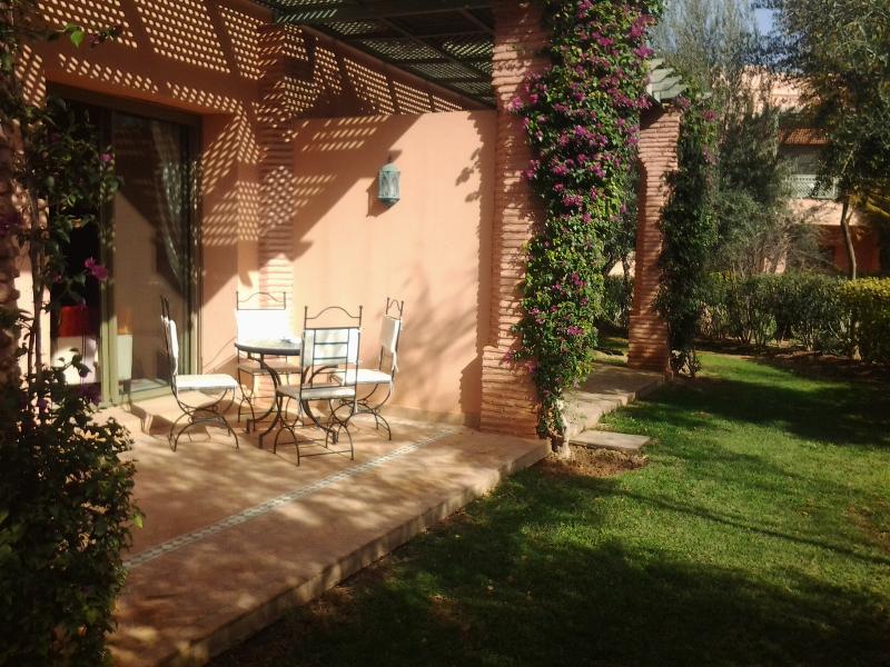 terrasse et jardin prive avec fruitier palmier et oranger une salle a manger en fer forge
