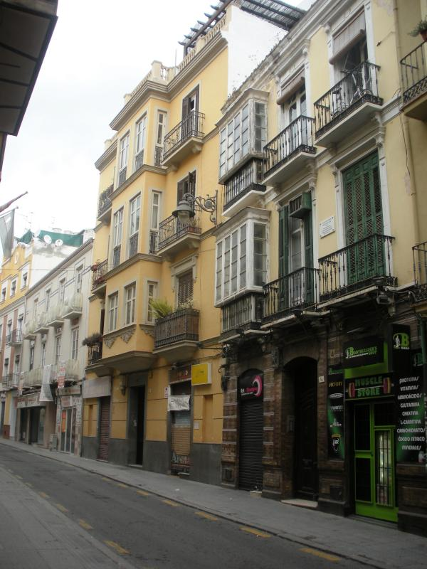 CALLE OLLERIAS - YELLOW BUILDING