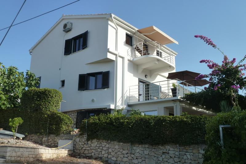 VILLA ROZA -5 bdrms, 4 baths, 2 min to beach 2 parkings. DISCOUNT- limited time., vacation rental in Sutivan