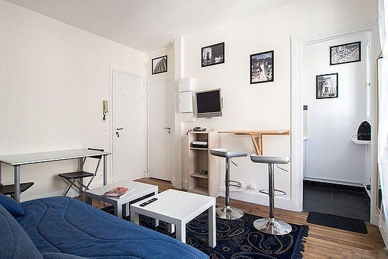 Living room with international TV, Wifi and international calls included - Agarrus Paris
