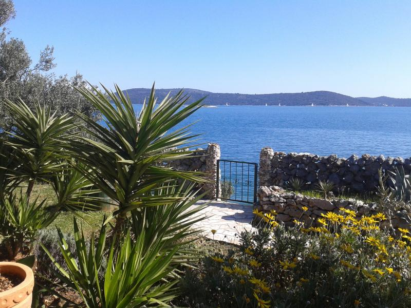 garden view, 10 steps from the sea