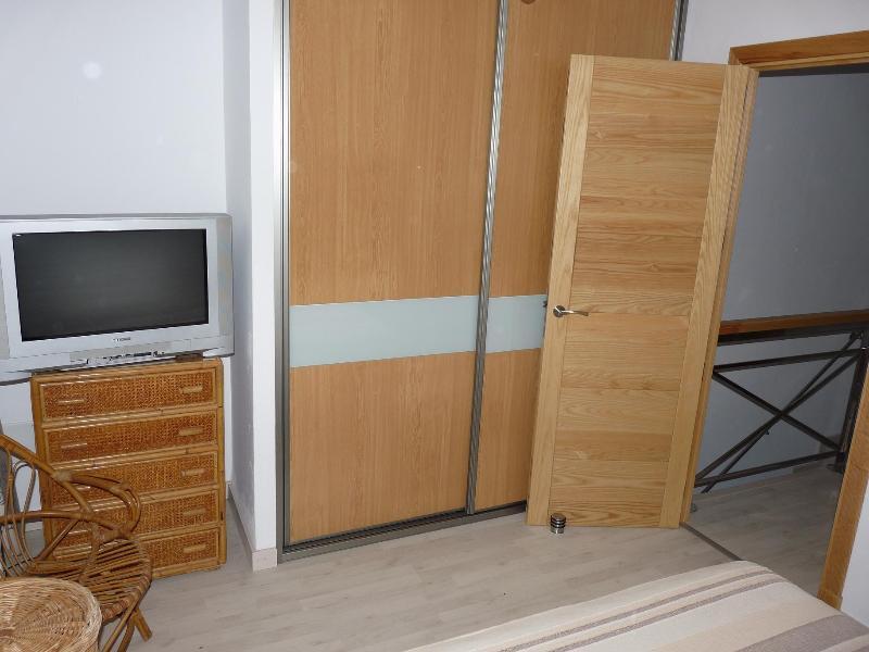 Schlafzimmer 2 TV und Kleiderschrank