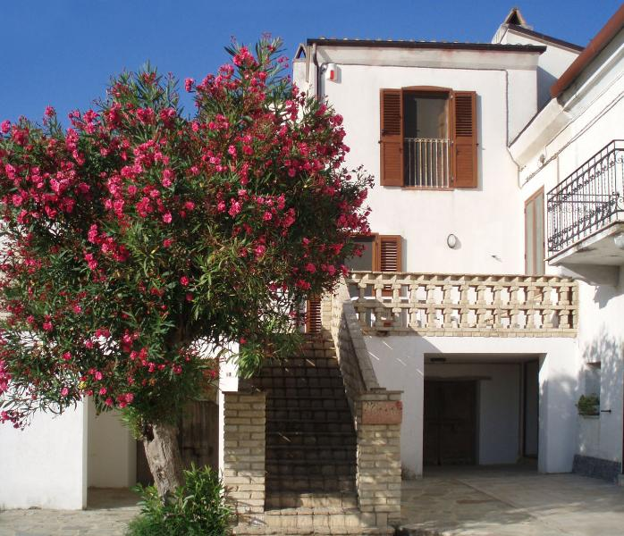 Farmhouse apartment in Contrada Lazzaretto, Ortona Foro 66026, Abruzzo, Italy, vacation rental in Ortona