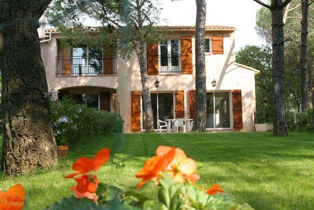 Villa et sa pelouse privée