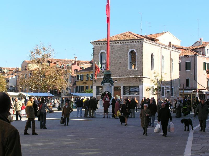 Campo Santa Margherita, de hub van het dagelijks leven in onze buurt, is slechts 3 minuten lopen