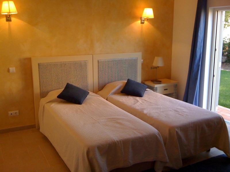 Chambre lits jumeaux avec portes Français au jardin
