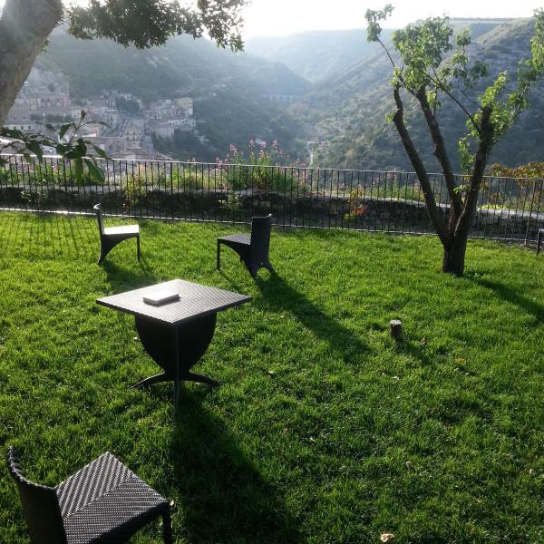 Il giardino è molto grande, circa 1000 metri quadri ed attrezzato con tavolini e sdraio.