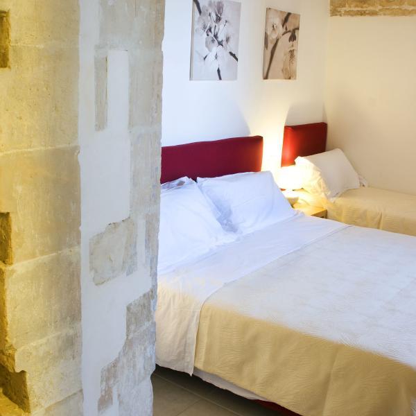 La stanza da letto è arredata modernamente. Il soffitto è formato da una volta in pietra.