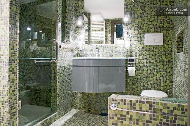 O banheiro de mosaico de vidro