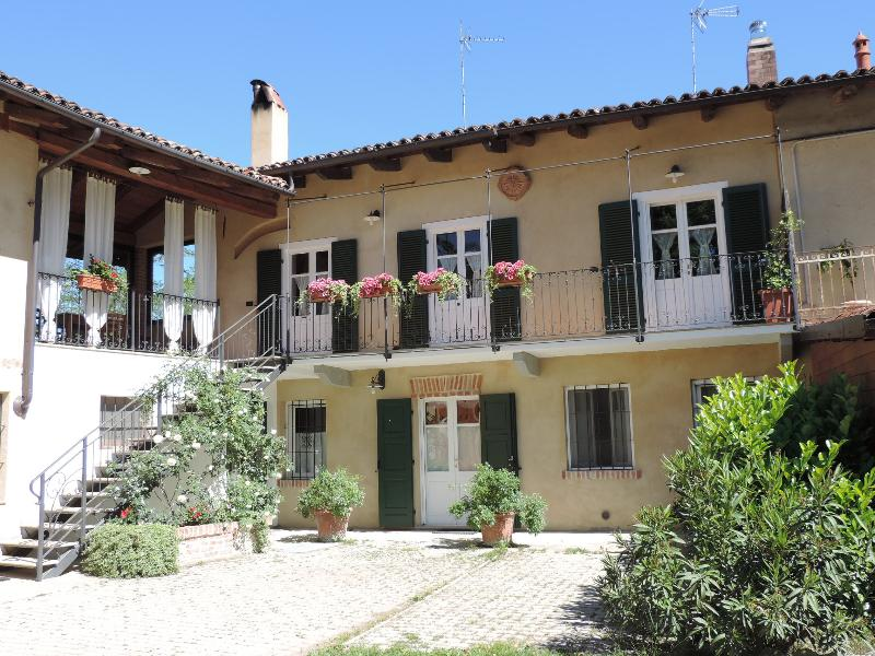 Isolated place on the hills: terrace, balcony,garden,quiet place, 1bedroom, vacation rental in Crescentino