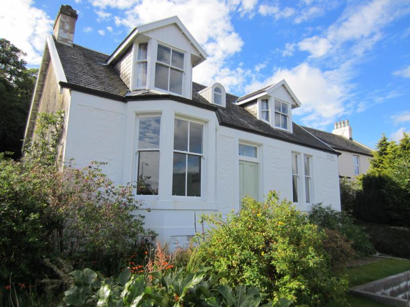 Myrtlebank Hide-away, upper apartment, great value for money, private parking., location de vacances à Dunoon