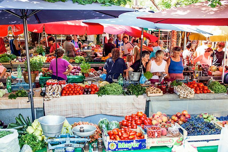 Fresh fruit and vegetable market