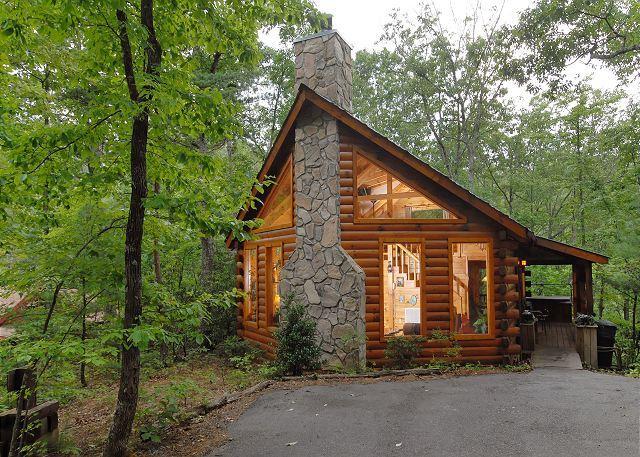 Afternoon Delight est une cabane en bois plus récente nichée dans les bois