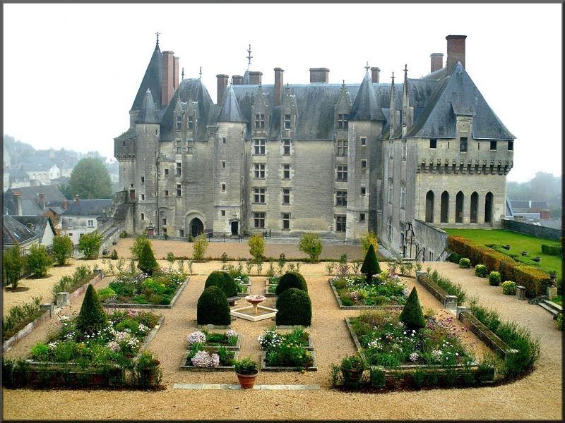Langeais, domine la Loire au confins de la Touraine et de l'Anjou, lieu de la fusion France-Bre
