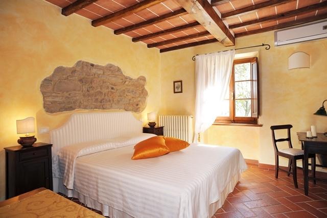 A badroom with en suite bathroom - 'Ginestra'