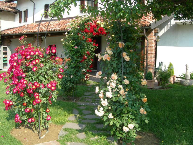 Residence delle rose - casetta rossa, vacation rental in Novello