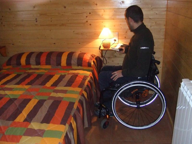 Dormitorio dobl, con cama de matrimonio. Vistas al huerto del camping y la acampada