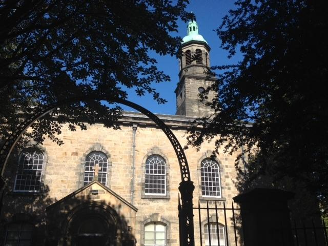 De slaapkamer kijkt uit op St. Patricks kerk, tegenover