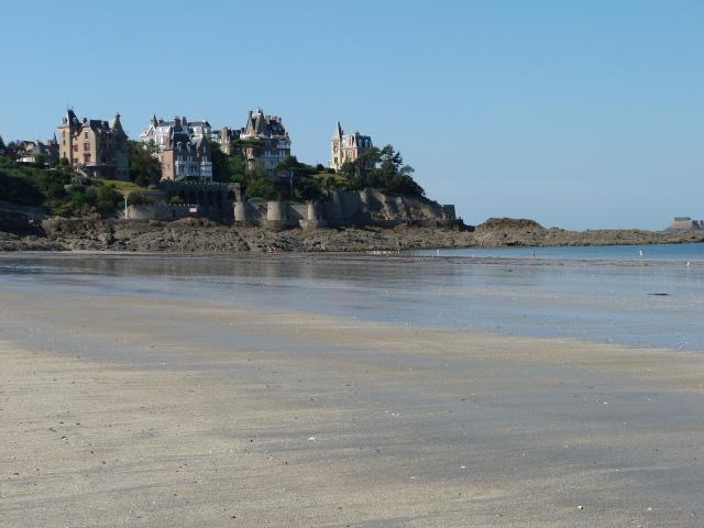 Dinard's main beach, a short walk from the apartment