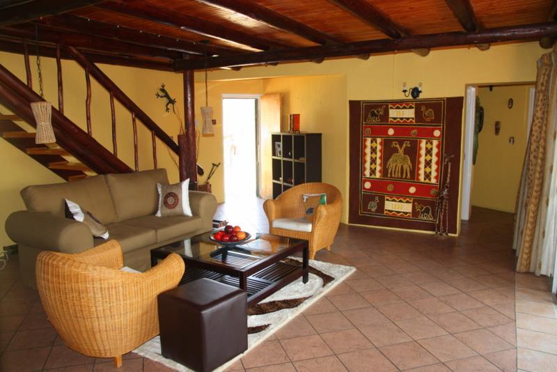 Lounge area - al piano di sotto - con porte scorrevoli sulla terrazza anteriore