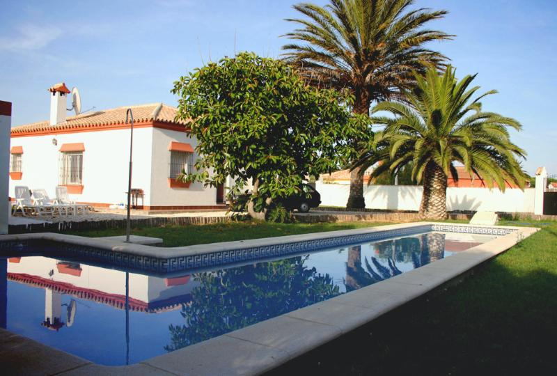 El Abeto. A bright villa with a massive 15m long pool. Shallow end for kids too., alquiler vacacional en Chiclana de la Frontera