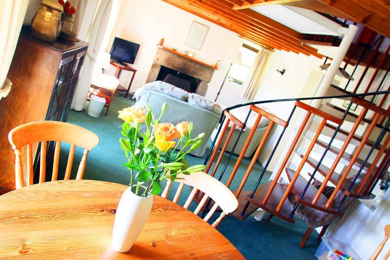 El salón con su escalera de caracol