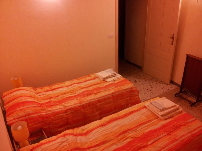 a casa du casteddu - 2 posti - La stanza del sole, holiday rental in San Salvatore di Fitalia