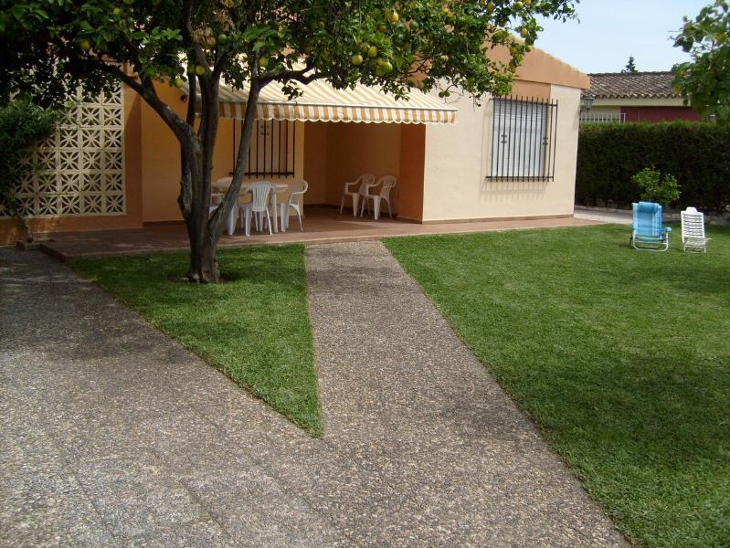 Jardín delantero y parking