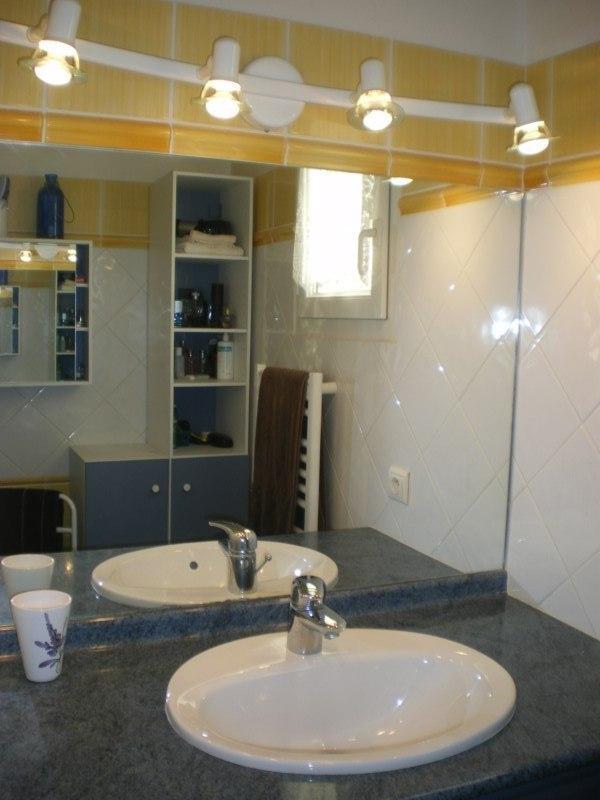 Salle de douche à l'étage + toilettes séparées