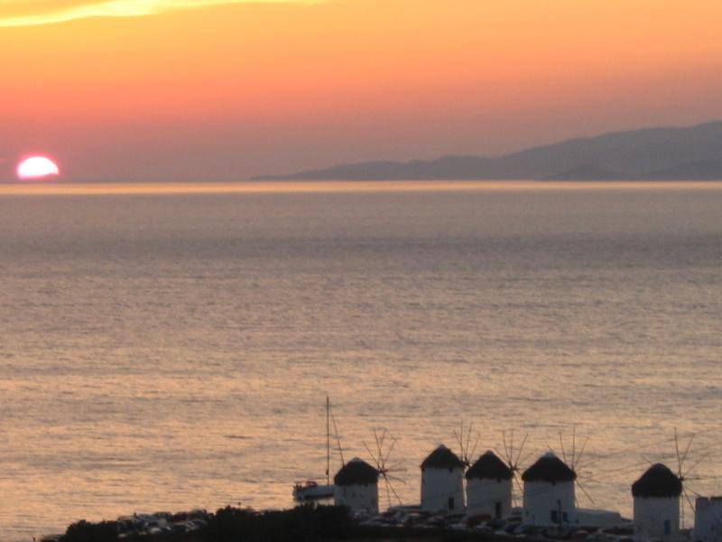 Bel tramonto sulla città di Mykonos.