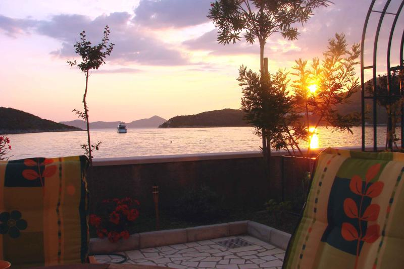 SEAFRONT 4 Star Villa LEO, vacation rental in Sipanska Luka