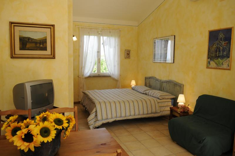 Yellow double bedroom with sunflowers - Alexandros