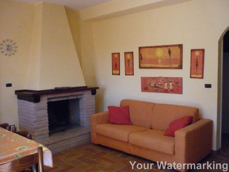 Wohnzimmer mit Kamin und Doppelschlafcouch. Big apt. im Erdgeschoss
