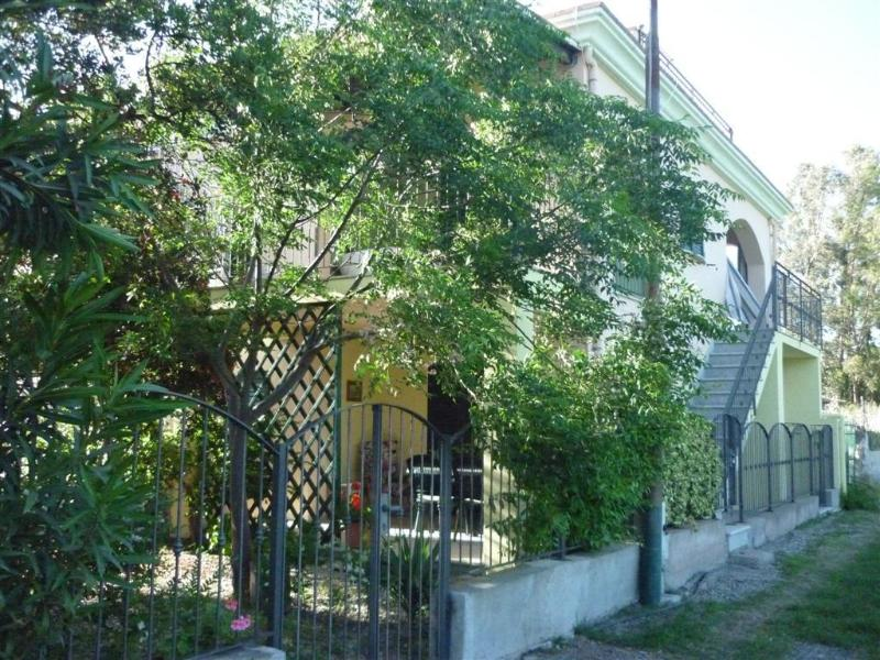 East gate with garden. Small apt.