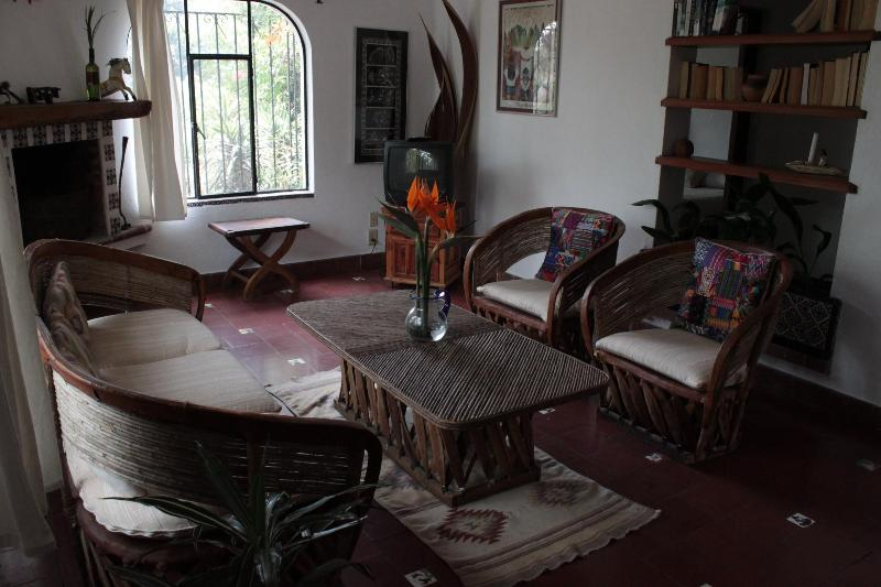 Comfortable Colonial Style House with Gardens/Pool, holiday rental in Jiutepec