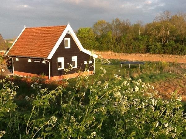 Het huis omringd door een tuin