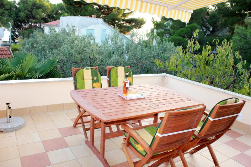 Spacious apartment by the sea, vacation rental in Sibenik
