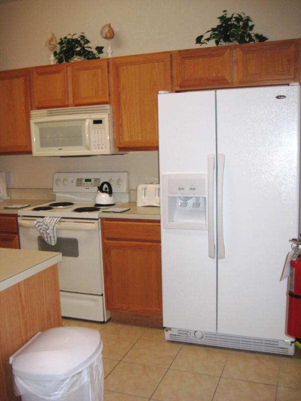 Cuisine avec lave vaisselle, réfrigérateur/congélateur avec robinet d'eau froide, micro-ondes, brûleur, etc.
