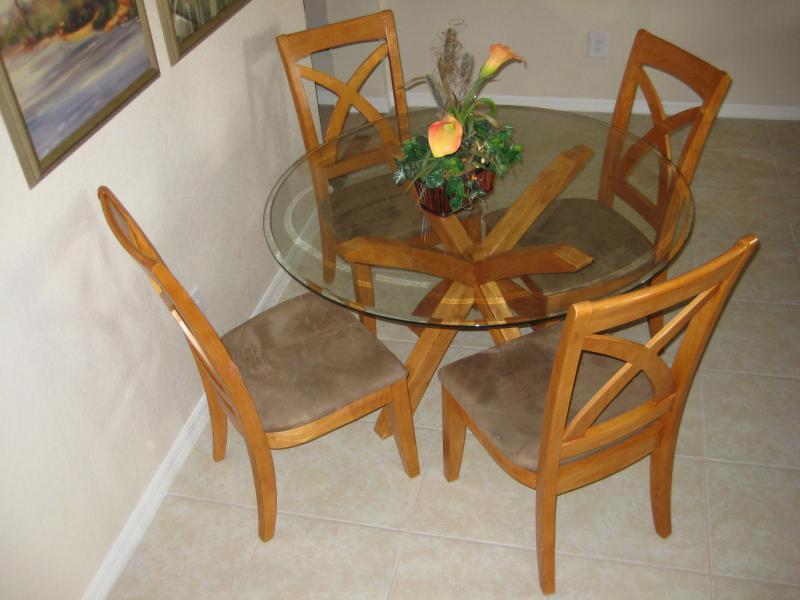 Salle à manger, 4 chaises et 2 chaises supplémentaires