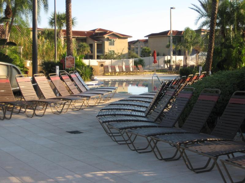 Chaises longues autour de la piscine