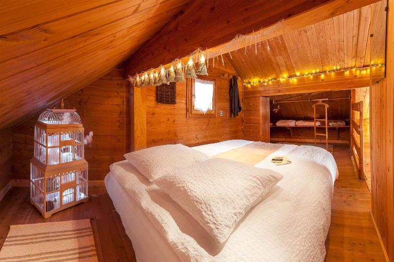 El loft Chalet Carpe Diem y lámpara de noche.