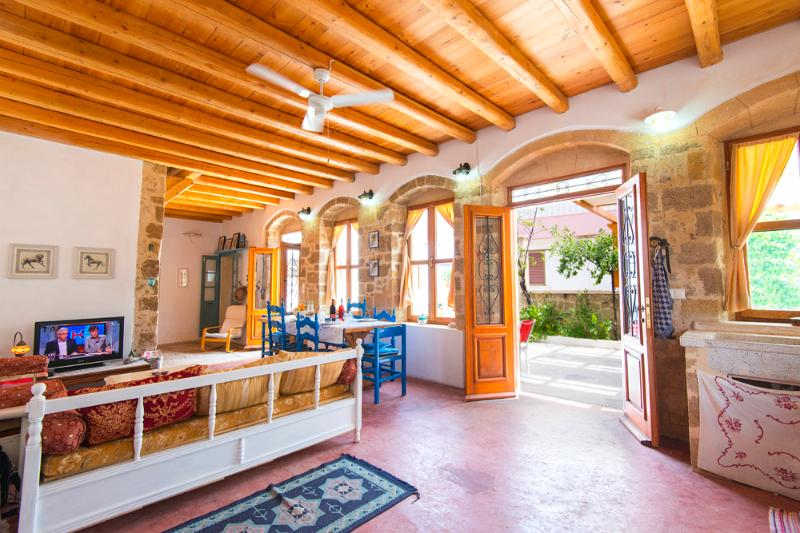 Greek traditional stone house in Ialyssos – semesterbostad i Rhodos