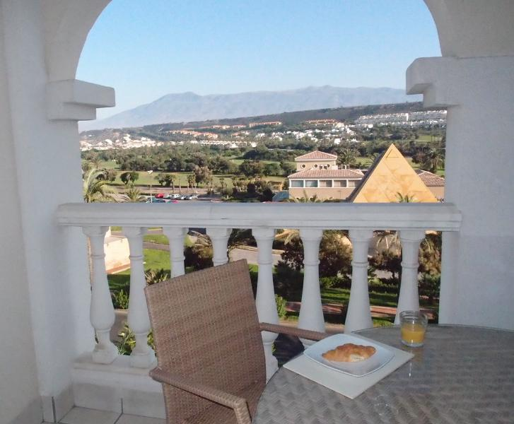 Luxury golf/beach apartment. Fantastic views. Close to shops/restaurants. WIFI, holiday rental in Almerimar
