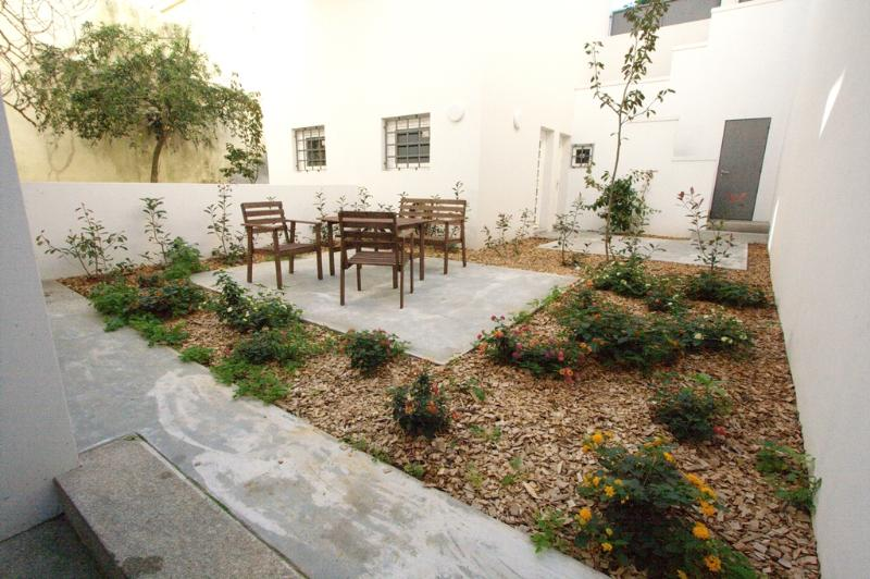 Pateo Apartment - Gardened backyard