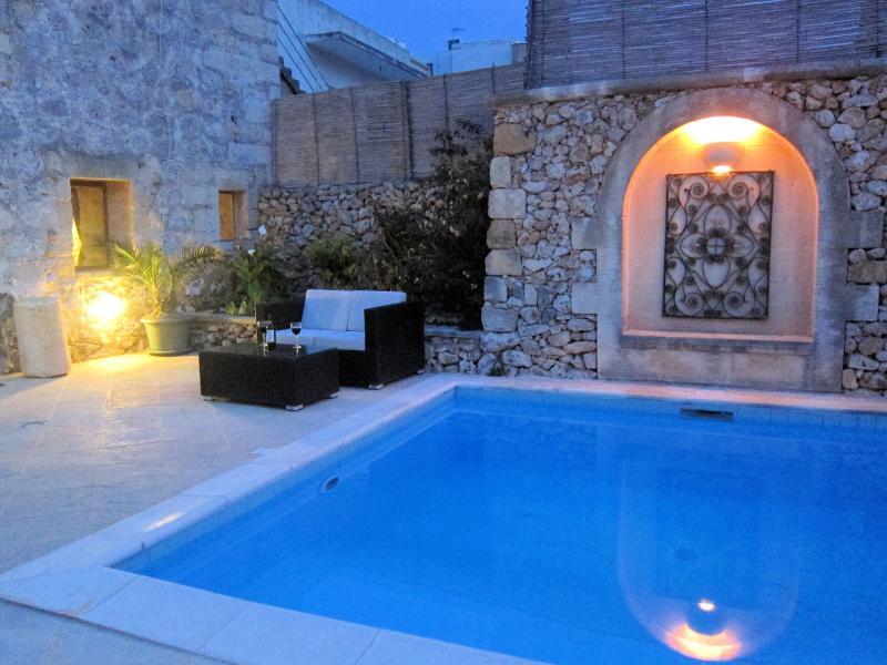 Gustare calde serate in piscina con un bicchiere di vino della zona di ponte posteriore privato.