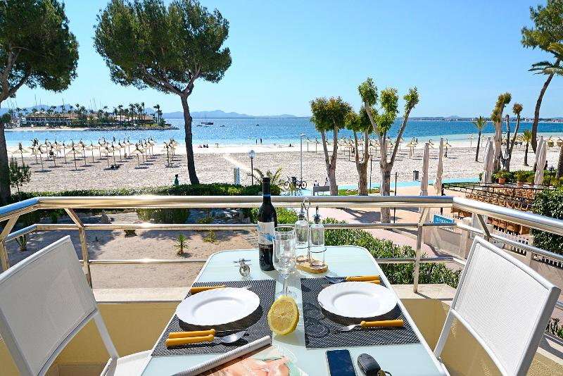 Apartment on the beach ALCUDIA, holiday rental in Majorca