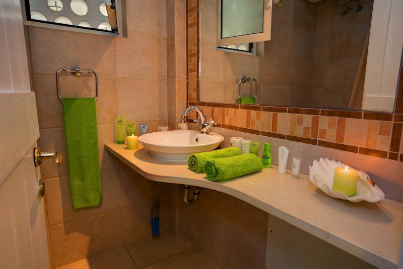 2ª Casa de banho com mármores gregos e azulejos italianos.