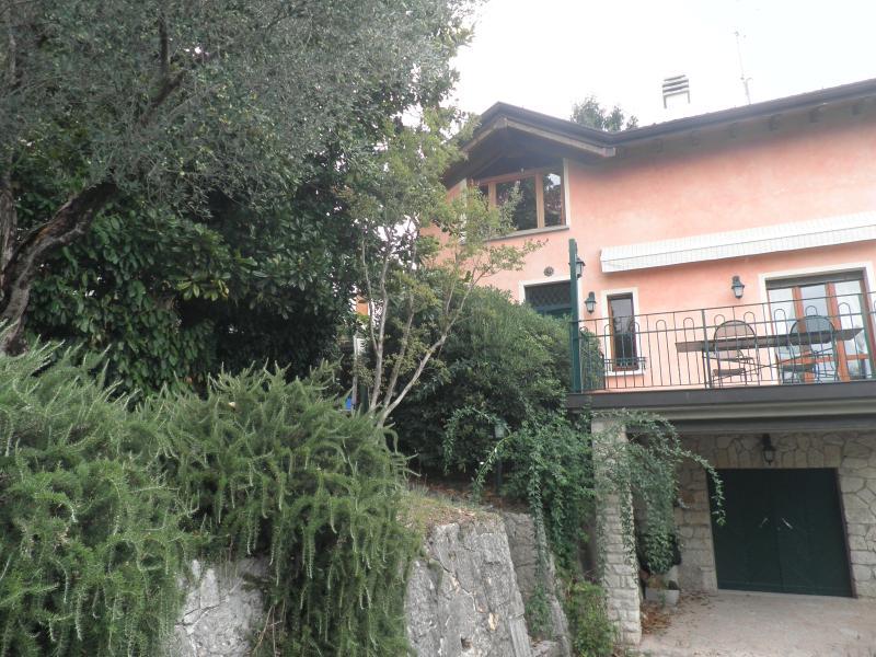 Lago Garda Villa jardín, 2 plantas, 6 hab, 8 camas, holiday rental in San Giorgio